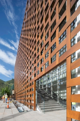 Aspen Art Museum lattice-work sheathed facade. Courtesy of Shigeru Ban architects