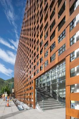 Aspen Art Museum lattice-work sheathed facade. Courtesy of Shigeru Ban architects