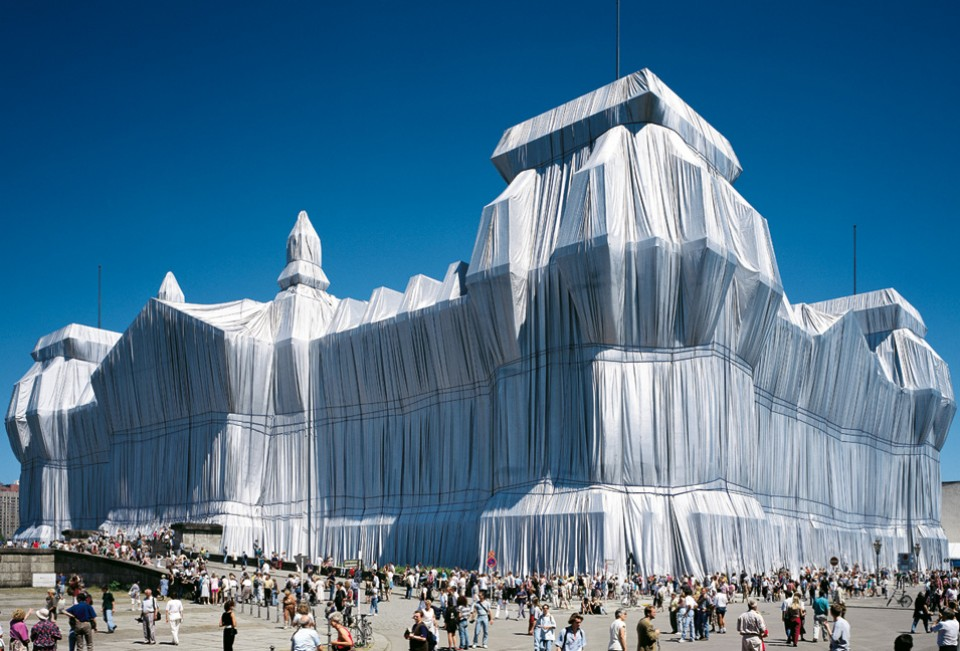 Christo and Jeanne Claude wrap the Reichstag