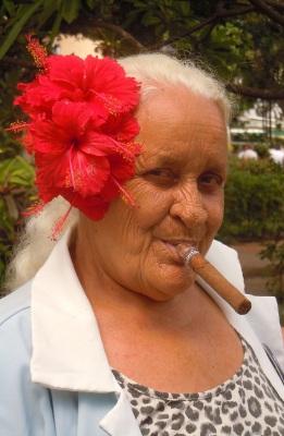 Señora con cigar in Habana Vieja