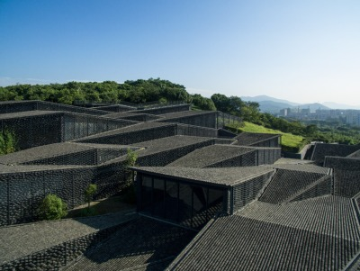 The museum's form takes on a village shape and movement. Photo by Eiichi Kano.