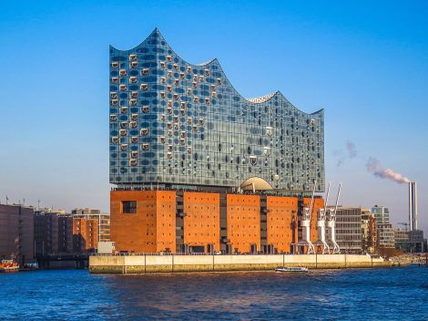 Elbphilharmonie juts into the harbor. Courtesy of Wikipedia.