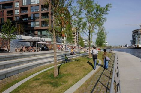 Another HafenCity promenade. Note that the setback from the Elbe River is a resilience feature to reduce flooding. Courtesy of HafenCity