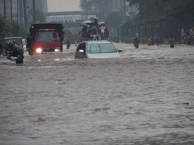 Car tries to drive through Jakarta's flooded streets (2013). Courtesy of Wikipedia.