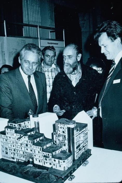 Hundertwasser and Mayor Gratz with model