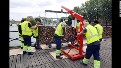 Removing the love locks, Paris, 2015