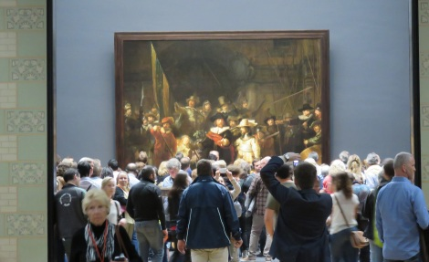 Crowd blocks the view of Rembrandt's famed Nightwatch in Amsterdam's Reijksmuseum. (Photo Roberta Faul-Zeitler CC 3.0)